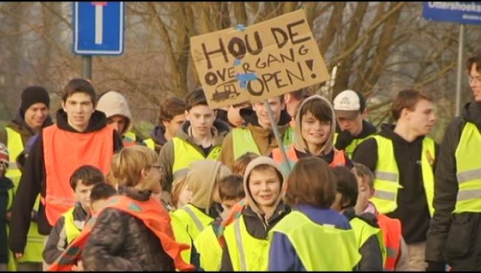 Protestactie tegen sluiting spooroverweg Muizen