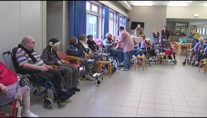 Bewoners woonzorgcentrum Hulshout doen dikke trui aan