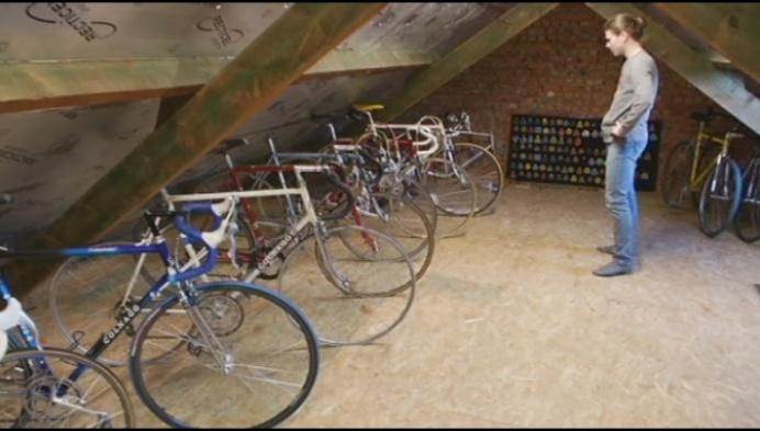 Bornemnaar verzamelt antieke fietsplaatjes