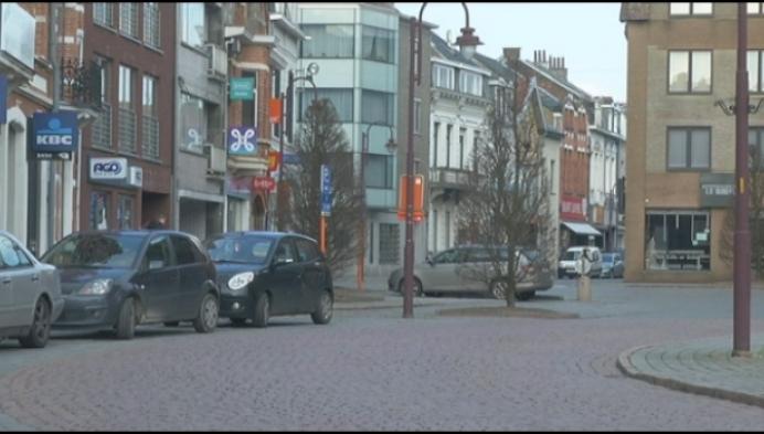 Vrouw klemgereden door twee auto's