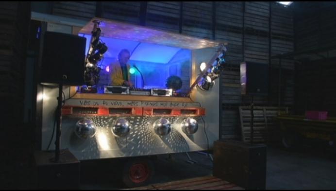 Molse DJ zorgt voor ambiance in oude werfkeet