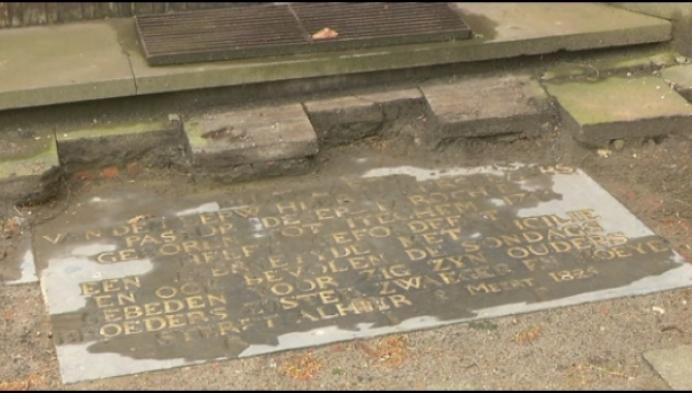 Grafsteen van verbannen pastoor van Bevel teruggevonden