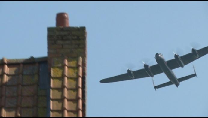 Britse bommenwerper uit WOII boven Lier