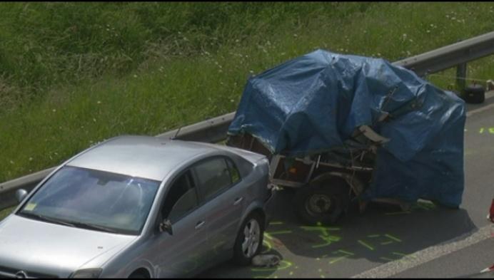Vrachtwagen rijdt automobilist aan op E19: 1 dode