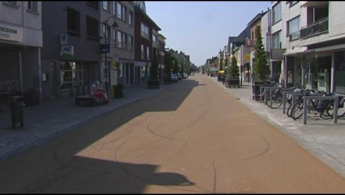 Vandaal trekt slipsporen op okergeel asfalt in Bergstraat