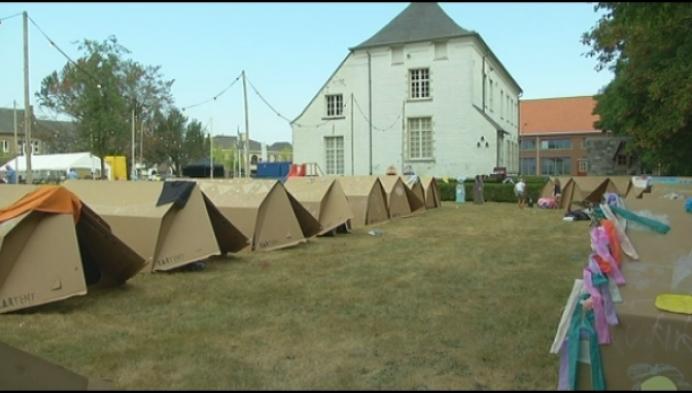 Westelse gezinnen overnachten in kartonnen tenten