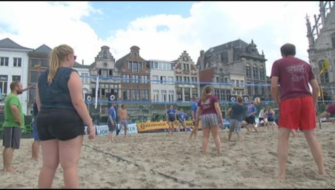 Mechelaars volleyballen in droomdecor: de Grote Markt
