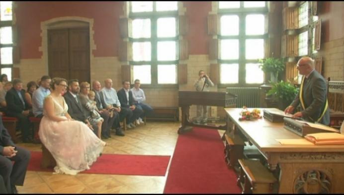 Stormloop op stadhuis voor trouwen op 18-8-18