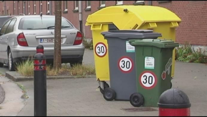 Rijkevorsel plakt stickers zone 30 op Diftar-containers voor zware voeten