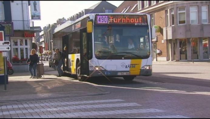 Tiental buschauffeurs in Geel krijgen boete voor te snel rijden