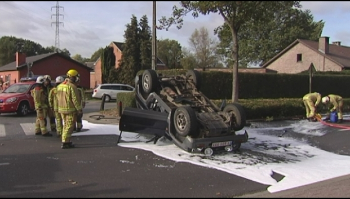Auto gaat over de kop in Nijlen, tweede auto pleegt vluchtmisdrijf