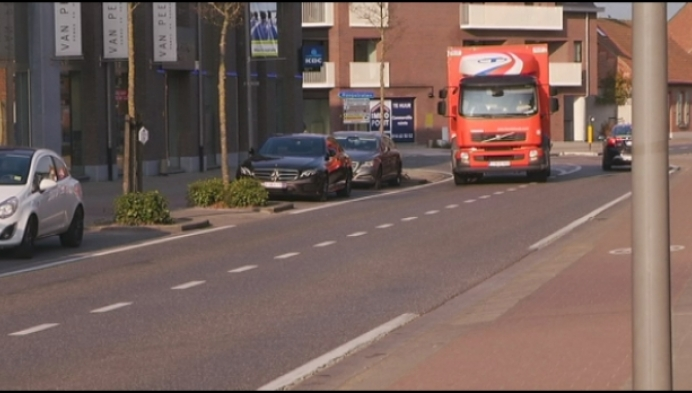 Regelmatig schade door smalle weg in centrum Merksplas