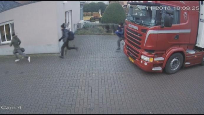 11 transmigranten springen uit vrachtwagen in Zammel