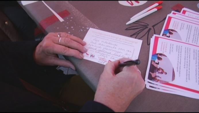 Voorbijgangers schrijven kaartjes aan eenzame mensen