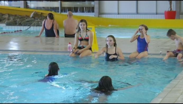 Kinderen zwemmen geld bij elkaar voor zieke Niena