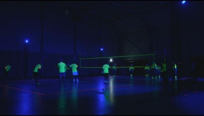 Volleybal onder blacklight: een speciale uitdaging