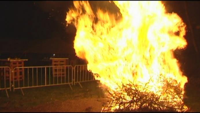 Kerstboomverbranding: mooie traditie of vooral gevaarlijk en ongezond?