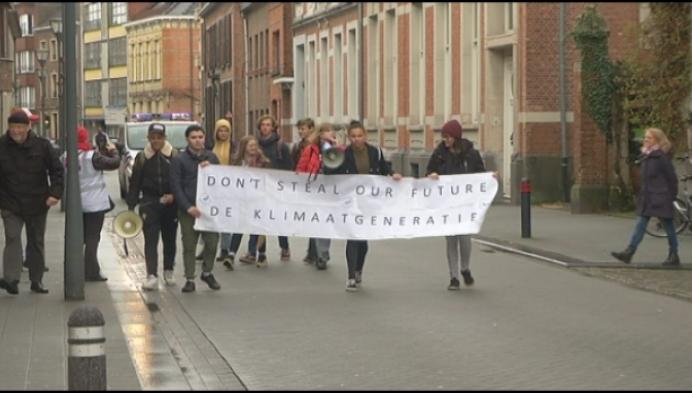 Tiental klimaatjongeren in de bres voor Grimstedebos