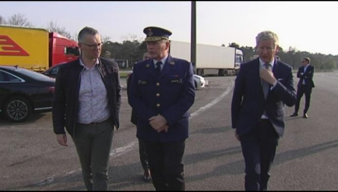 """Minister De Crem: """"Meer controles aan snelwegparking in Mol"""""""