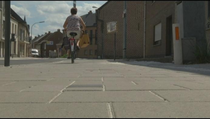 Aannemer plaats palen op ... fietspad in Putte