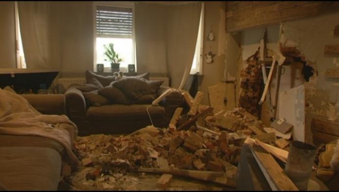 Wagen rijdt huis binnen: living ligt in puin