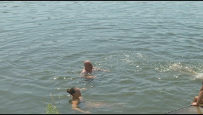 """Zwemmen in het kanaal: """"Het mag niet, maar het is hier zo rustig"""""""