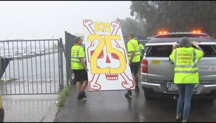 Regen maakt het lastig voor deelnemers en vrijwilligers van Dodentocht