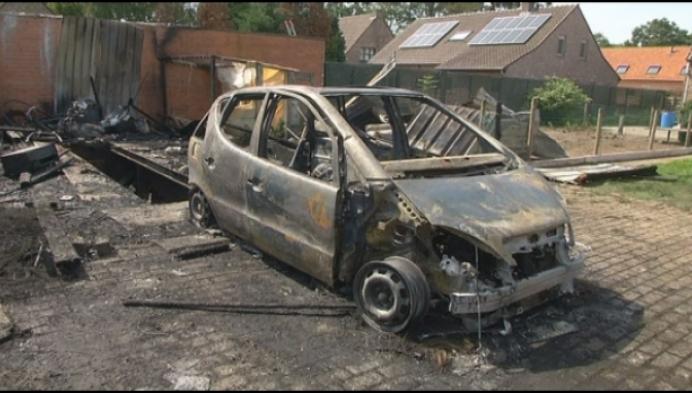 Loods en auto brandt volledig uit in Zevendonk
