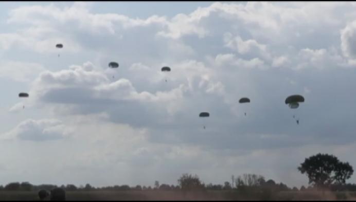 Ex-militair uit Weelde springt als passie uit vliegtuigen