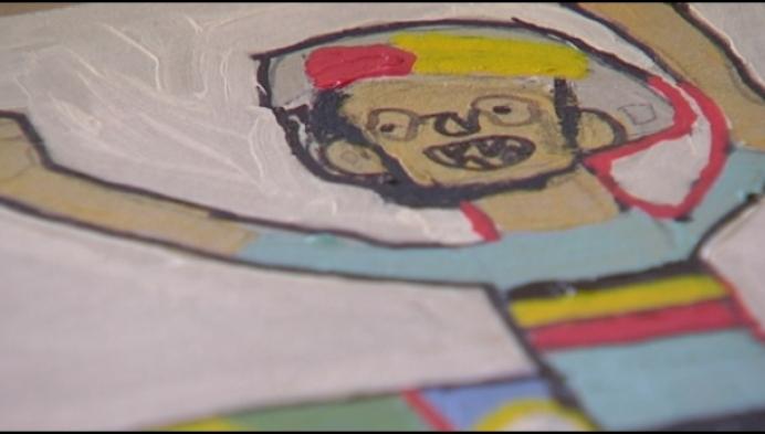 Man met beperking stelt eigen kunstwerken tentoon