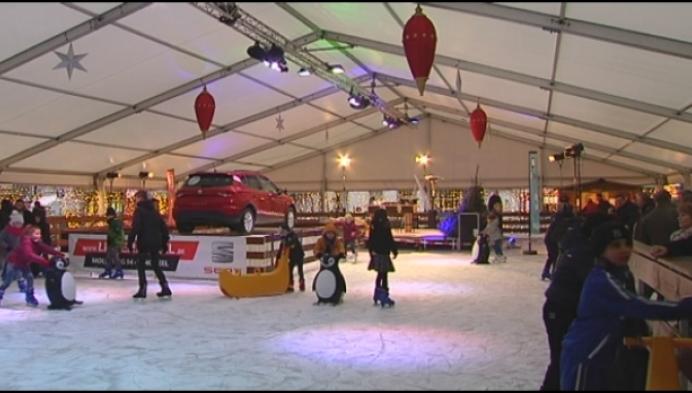 Voor het eerst schaatsen op kunststof op Geelse wintermarkt
