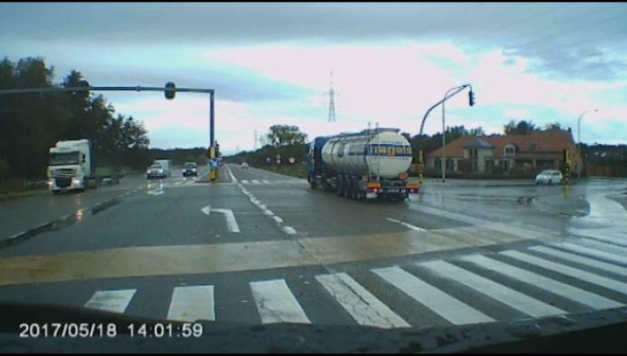 Hallucinante beelden: je ziet gevaarlijk product uit vrachtwagen gutsen