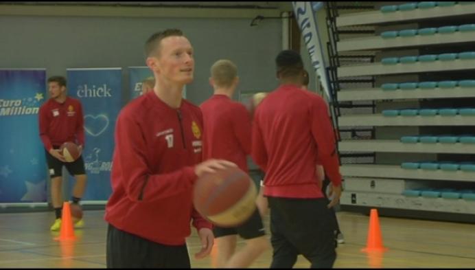 Spelers KV Mechelen wagen zich aan potje basketbal