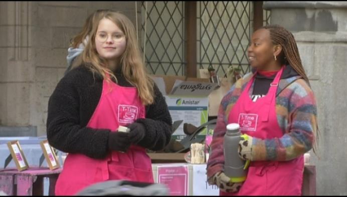 Jonge verkopers leven zich uit op mini-marktdag