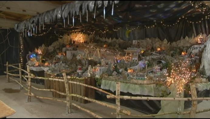 Tongerlonaar bouwt indrukwekkend miniatuur kerstdorp