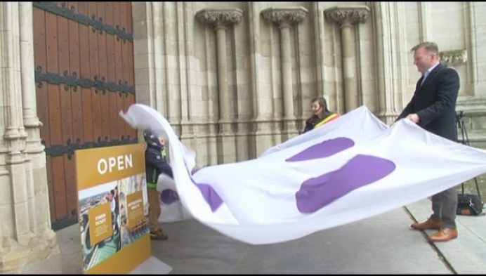 Vlag tegen pesten wappert op Sint-Romboutstoren