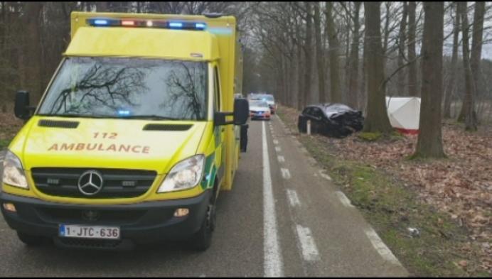 Vrouw komt om bij verkeersongeval in Postel, brand in Merksplas