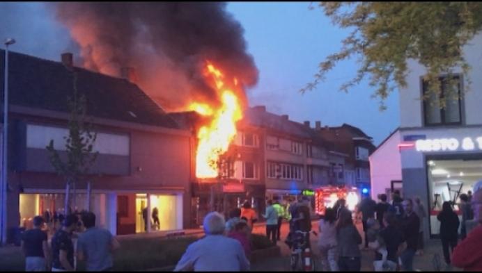 Gezin ontsnapt aan brand boven nachtwinkel
