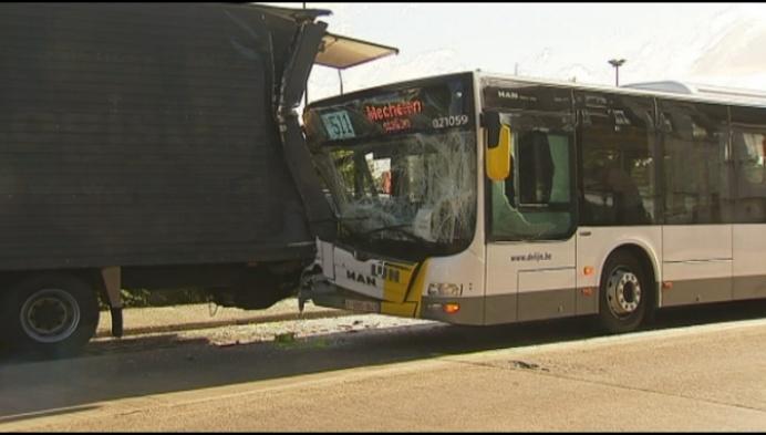 Bus van de Lijn botst op vrachtwagen: vier lichtgewonden