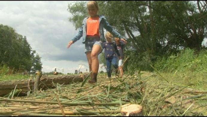 Kinderen testen blotevoetenpad aan fort van Liezele