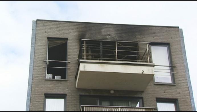 Schade aan balkon en woonkamer na brand aan appartement