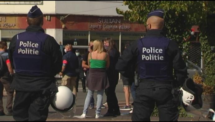 Indrukwekkende politiemacht voor verboden betoging