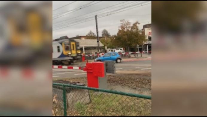 Hallucinante beelden: auto wordt meegesleurd door trein