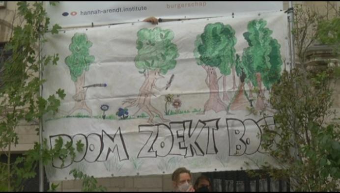 """Mechelse actievoerders planten bos op Grote Markt: """"Vijf voor twaalf"""""""