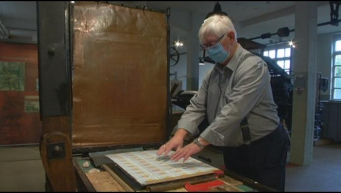Meester geeft vakmanschap in lithografie door aan leerlingen