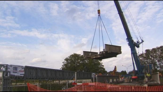 100 jaar oude brug over spoorweg in Muizen afgebroken