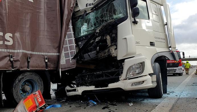 Vrachtwagen rijdt in op file in Herentals