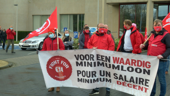 Maatwerkers voeren actie bij Pfizer in Puurs voor hogere lonen