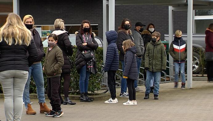 Hulshoutse leerlingen in ellenlange rij voor coronatest