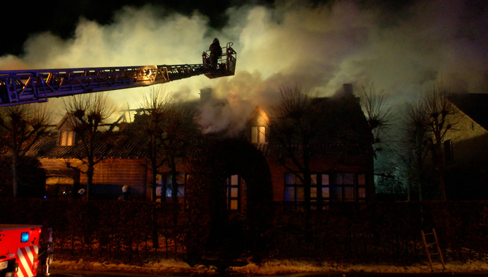 Zware uitslaande brand vernielt villa in Merksplas